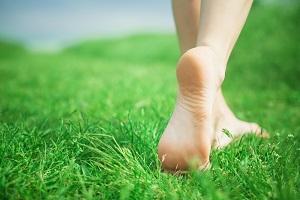 Почему болят стопы ног: что делать и как лечить
